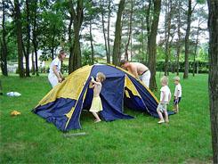 Család sátorépítés közben