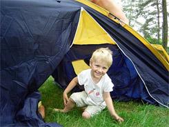 Kisgyerek a sátorban